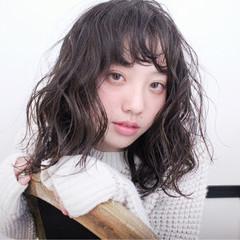 セミロング 外国人風 パーマ ウェーブ ヘアスタイルや髪型の写真・画像