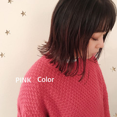 ミディアム ストリート ピンク 切りっぱなしボブ ヘアスタイルや髪型の写真・画像