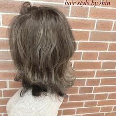デート ミルクティー ナチュラル ニュアンス ヘアスタイルや髪型の写真・画像