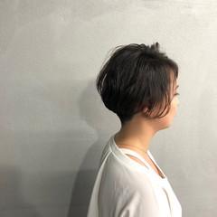 大人女子 パーマ ナチュラル 刈り上げ ヘアスタイルや髪型の写真・画像