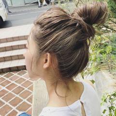 ロング ハイライト お団子ヘア ナチュラル ヘアスタイルや髪型の写真・画像