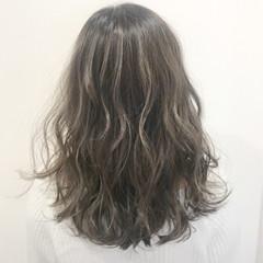 外国人風 セミロング ウェーブ グレー ヘアスタイルや髪型の写真・画像