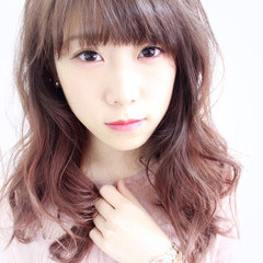 ピンク レッド グラデーションカラー 前髪あり ヘアスタイルや髪型の写真・画像