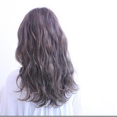 デート グレージュ 秋 波ウェーブ ヘアスタイルや髪型の写真・画像