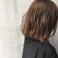 ナチュラル ミディアム アッシュ 外ハネ ヘアスタイルや髪型の写真・画像