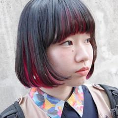 インナーカラー赤 切りっぱなしボブ ショートボブ インナーカラーレッド ヘアスタイルや髪型の写真・画像