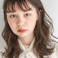 無造作パーマ ゆるウェーブ ミディアム 外国人風フェミニン ヘアスタイルや髪型の写真・画像