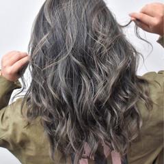 グレージュ ロング アッシュベージュ ハイライト ヘアスタイルや髪型の写真・画像