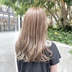 ロング ブリーチ ミルクティーベージュ ナチュラル ヘアスタイルや髪型の写真・画像