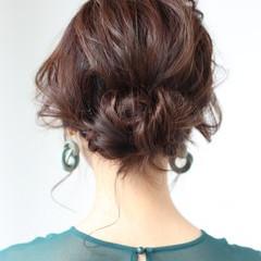 ミディアム アンニュイほつれヘア フェミニン 簡単ヘアアレンジ ヘアスタイルや髪型の写真・画像