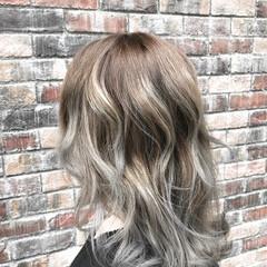 ミディアム グレージュ ブリーチ エレガント ヘアスタイルや髪型の写真・画像