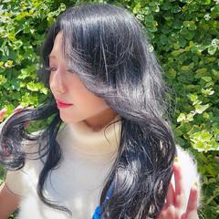 ゆる巻き ブルーブラック ナチュラル ロング ヘアスタイルや髪型の写真・画像