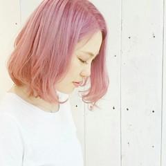 センターパート ピンク ボブ ストリート ヘアスタイルや髪型の写真・画像
