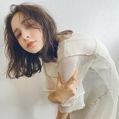 無造作パーマ ミディアム 濡れ髪スタイル 外国人風フェミニン ヘアスタイルや髪型の写真・画像
