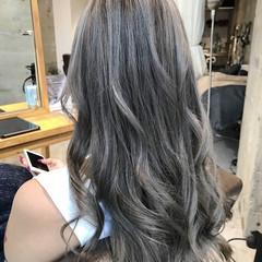 アッシュグレー エレガント ロング ミルクティーベージュ ヘアスタイルや髪型の写真・画像