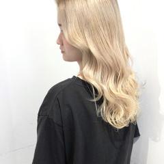 ハイトーン 巻き髪 ホワイトベージュ ダブルカラー ヘアスタイルや髪型の写真・画像
