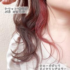 セミロング イヤリングカラーピンク ピンクカラー ナチュラル ヘアスタイルや髪型の写真・画像