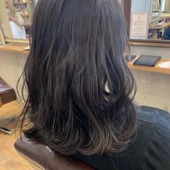 アッシュグレー イルミナカラー アンニュイほつれヘア セミロング ヘアスタイルや髪型の写真・画像