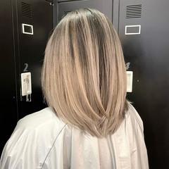 バレイヤージュ ナチュラル グレージュ ミディアムレイヤー ヘアスタイルや髪型の写真・画像