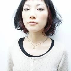 丸顔 インナーカラー ウェットヘア ショートバング ヘアスタイルや髪型の写真・画像
