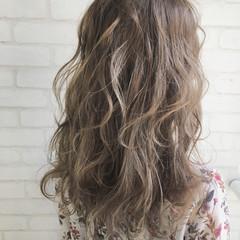 ロング アンニュイ ミルクティー グラデーションカラー ヘアスタイルや髪型の写真・画像