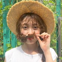 ミディアム シースルーバング 三つ編み ベージュ ヘアスタイルや髪型の写真・画像