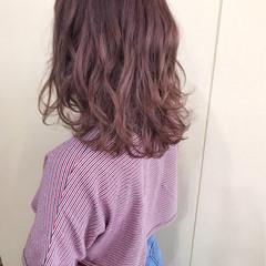 ミディアム ベリーピンク レッド ピンク ヘアスタイルや髪型の写真・画像