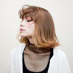 外ハネ イエロー 束感バング ダブルカラー ヘアスタイルや髪型の写真・画像