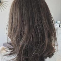 オフィス 外国人風カラー ミディアム グレー ヘアスタイルや髪型の写真・画像
