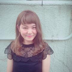 フェミニン ワイドバング ミルクティーベージュ ミディアム ヘアスタイルや髪型の写真・画像