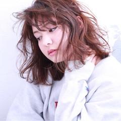 ミディアム パーマ 波ウェーブ ミルクティー ヘアスタイルや髪型の写真・画像
