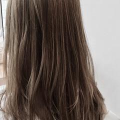 アッシュグレージュ セミロング ミルクティーグレージュ 外国人風 ヘアスタイルや髪型の写真・画像