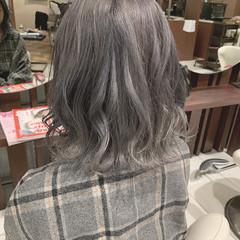 巻き髪 ミディアム シルバーアッシュ 波ウェーブ ヘアスタイルや髪型の写真・画像