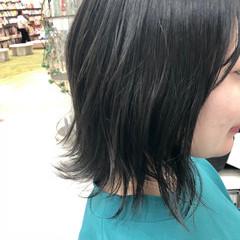 デート フェミニン ミディアム オリーブアッシュ ヘアスタイルや髪型の写真・画像