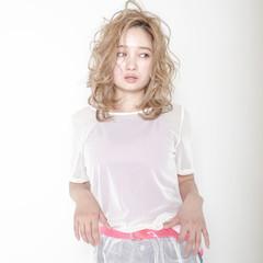 外国人風カラー 波ウェーブ ミディアム フェミニン ヘアスタイルや髪型の写真・画像