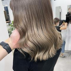 切りっぱなしボブ ハイトーンカラー ミルクティーグレージュ セミロング ヘアスタイルや髪型の写真・画像