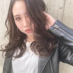 レイヤーロングヘア アッシュベージュ アッシュグレー ガーリー ヘアスタイルや髪型の写真・画像