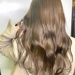 ロング ミルクティーベージュ アッシュベージュ レイヤーカット ヘアスタイルや髪型の写真・画像