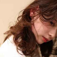 アンニュイほつれヘア パーマ ナチュラル ミディアム ヘアスタイルや髪型の写真・画像
