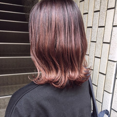 ピンク レッド ガーリー バレイヤージュ ヘアスタイルや髪型の写真・画像