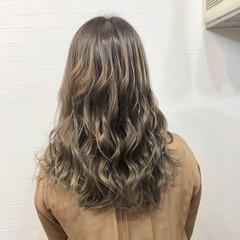 バレイヤージュ ロング 3Dハイライト グレージュ ヘアスタイルや髪型の写真・画像