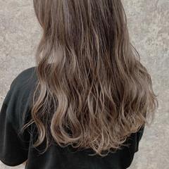 ダブルカラー ハイライト ミルクティーベージュ ロング ヘアスタイルや髪型の写真・画像