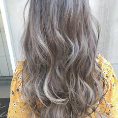 ロング ホワイトアッシュ ブリーチ ホワイト ヘアスタイルや髪型の写真・画像