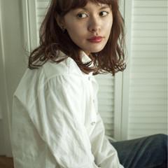 ミディアム ロブ 波ウェーブ ナチュラル ヘアスタイルや髪型の写真・画像