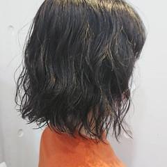 アッシュグレージュ ナチュラル 切りっぱなしボブ ウェーブヘア ヘアスタイルや髪型の写真・画像