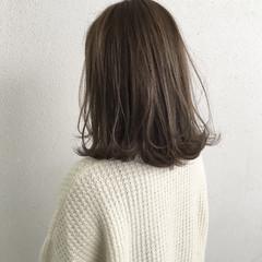ミディアム グレージュ ハイライト 外ハネ ヘアスタイルや髪型の写真・画像