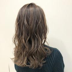 ブリーチカラー セミロング ミルクティーベージュ ミルクティーグレージュ ヘアスタイルや髪型の写真・画像