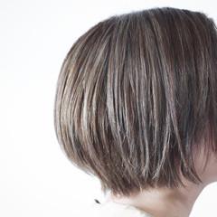 ショート グレージュ コントラストハイライト ナチュラル ヘアスタイルや髪型の写真・画像
