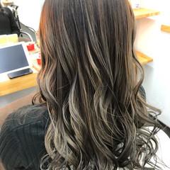 ロング ガーリー バレイヤージュ グレージュ ヘアスタイルや髪型の写真・画像