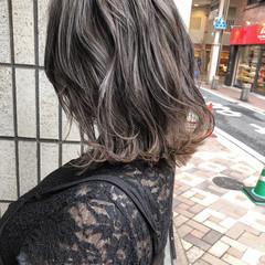 グレージュ ミディアム ハイライト バレイヤージュ ヘアスタイルや髪型の写真・画像